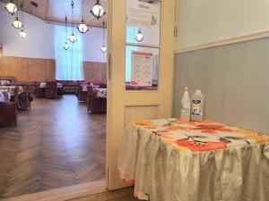 Przy wejściu do sali jadalnej obowiązkowa dezynfekcja rąk